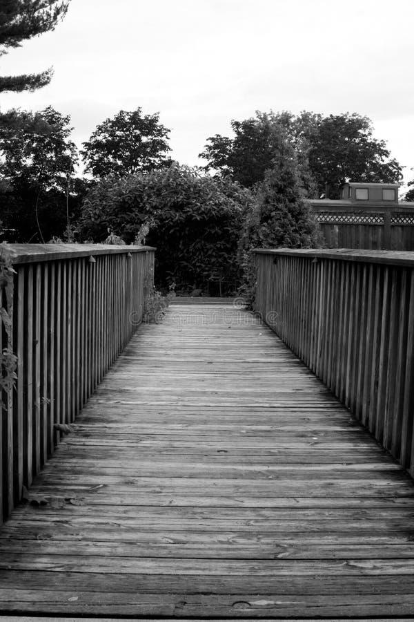 Czarny I Biały ścieżka przez drewnianego most obraz stock