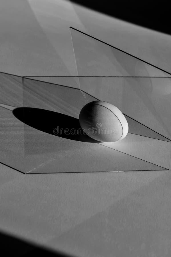 Czarny i biały życie od kształtów, linie, jajko i szkło wciąż, obraz stock