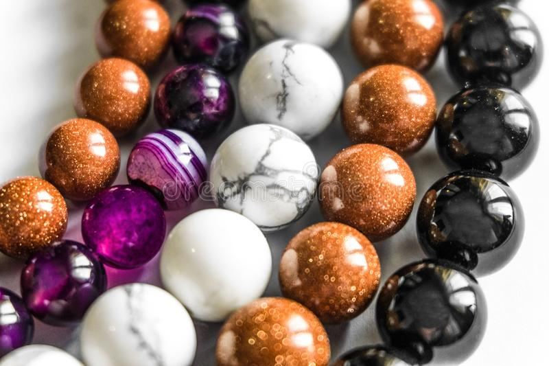 Czarny i biały agatów koraliki, brązu awanturyn i purpura chalcedon, zdjęcia stock