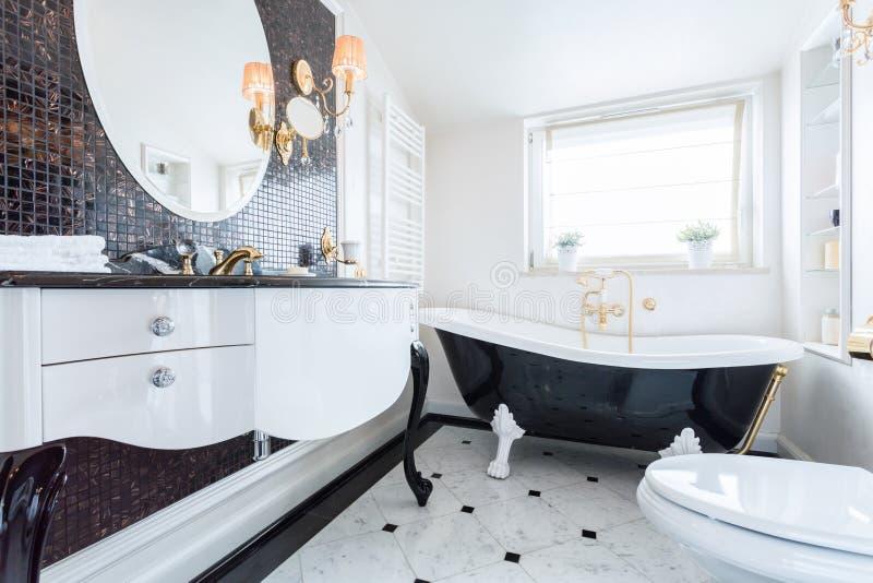 Czarny i biały barokowa łazienka fotografia royalty free
