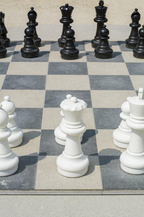 Czarny i biały bierki na ulicznym chessboard obrazy royalty free
