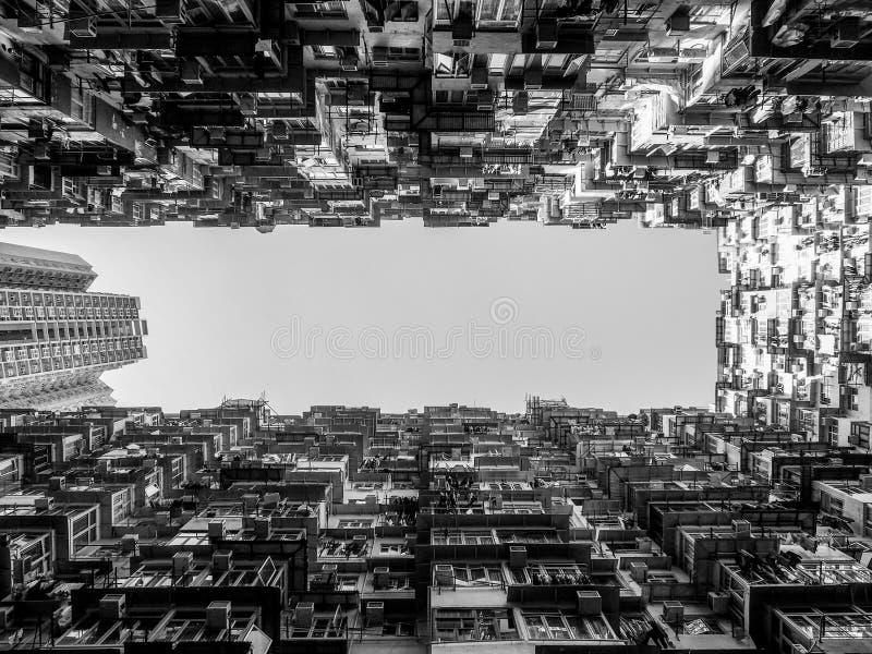 Czarny i biały brzmienie Bardzo kolorowa ale Zatłoczona, budynku grupa w Tai Koo, Hongkong obrazy stock