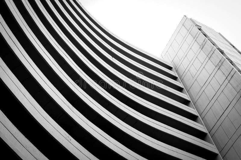 Czarny i biały budynku krzywy kształt obrazy stock
