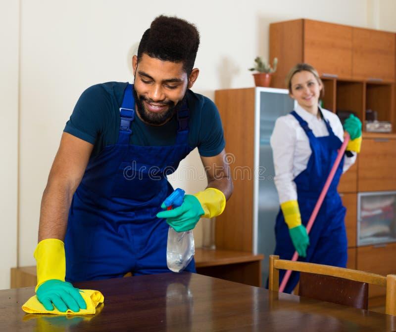 Czarny i biały czyściciele przy pracą obraz royalty free