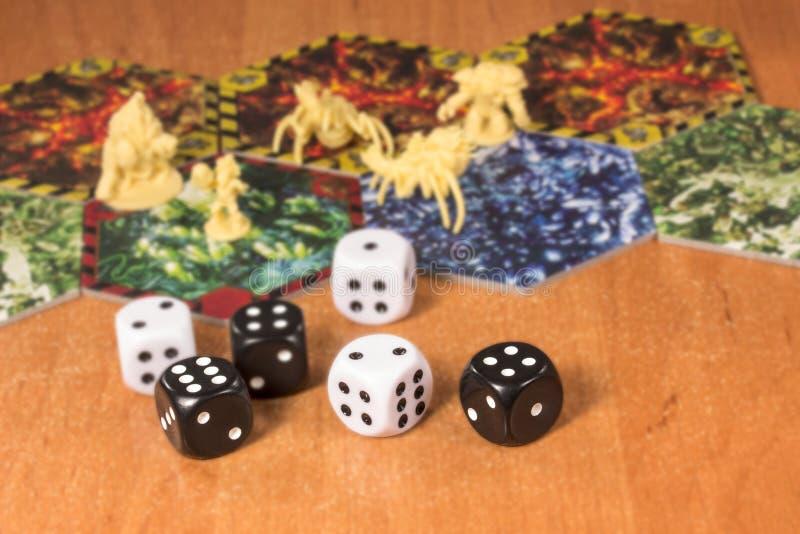 Czarny i biały dices dla stołowych gier zdjęcia royalty free