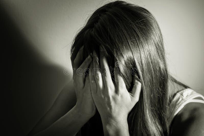 Czarny i biały filtrujący smutna dziewczyna zdjęcie royalty free