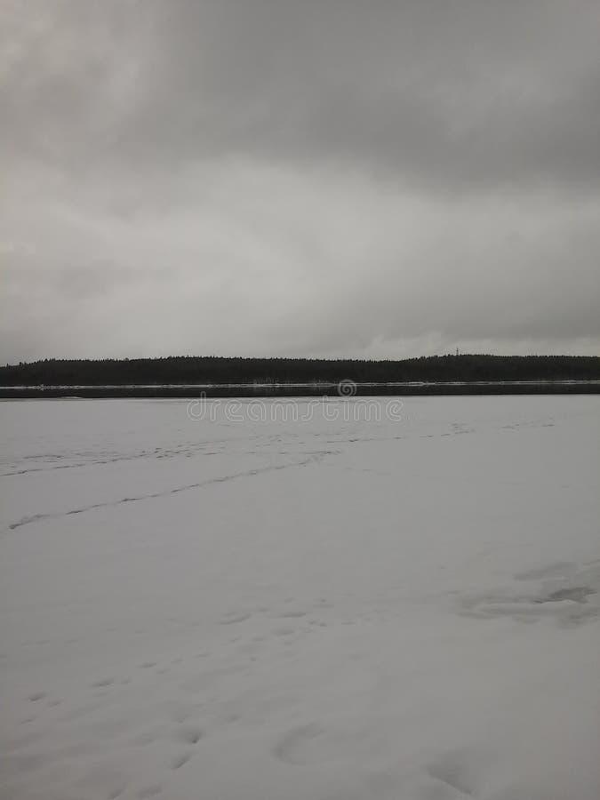 Czarny i biały fotografia chmury nad zamarzniętym jeziorem zdjęcie stock