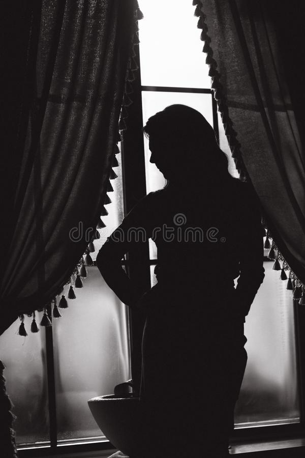 Czarny i biały fotografia elegancki model blisko okno obrazy royalty free