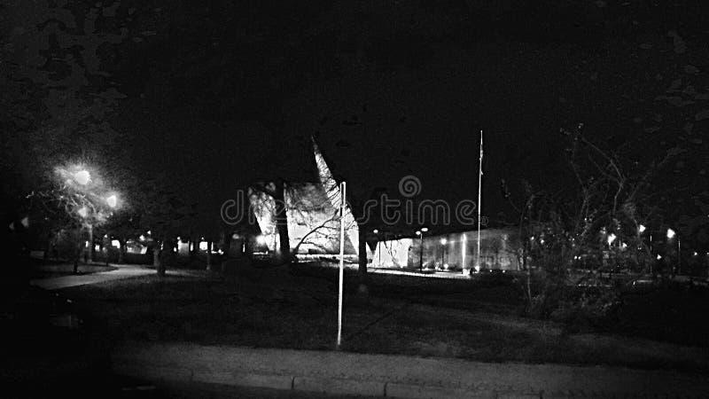 Czarny i biały fotografia nocy miasto obrazy royalty free