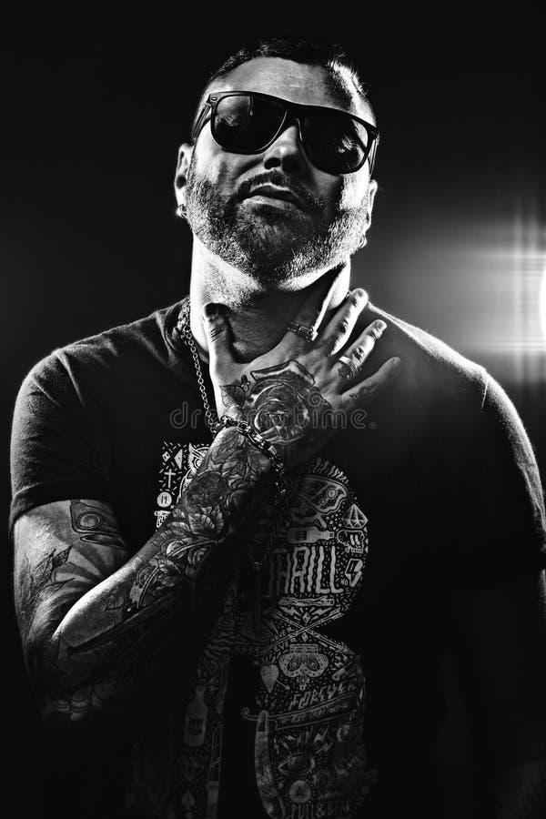 Czarny i biały fotografia przystojny mężczyzna w tatuażach obraz royalty free