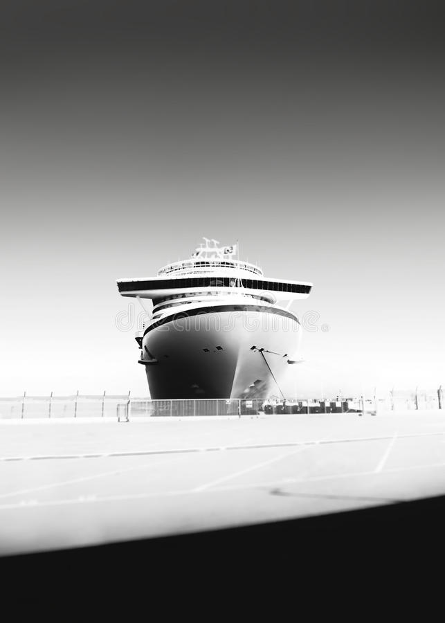 Czarny i biały fotografia statek wycieczkowy przy portem zdjęcia royalty free
