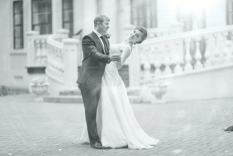 Czarny i biały fotografii dancingowy państwo młodzi fotografia stock