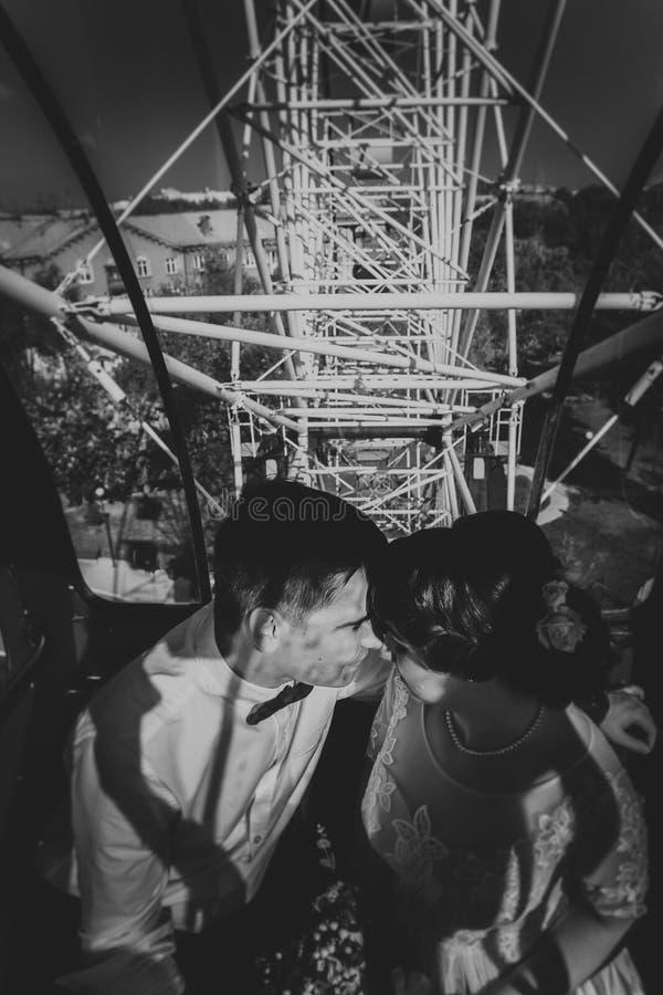 Czarny i biały fotografii państwo młodzi w Ferris kole zdjęcie stock