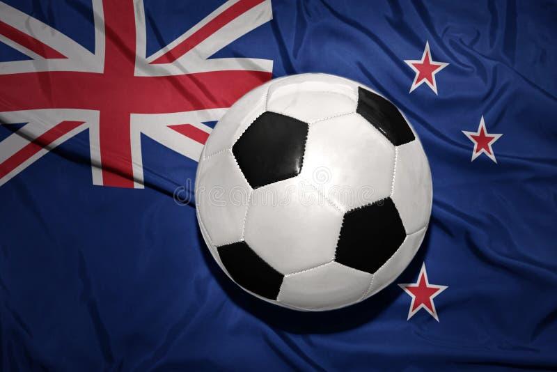Czarny i biały futbolowa piłka na flaga państowowa nowy Zealand zdjęcia royalty free