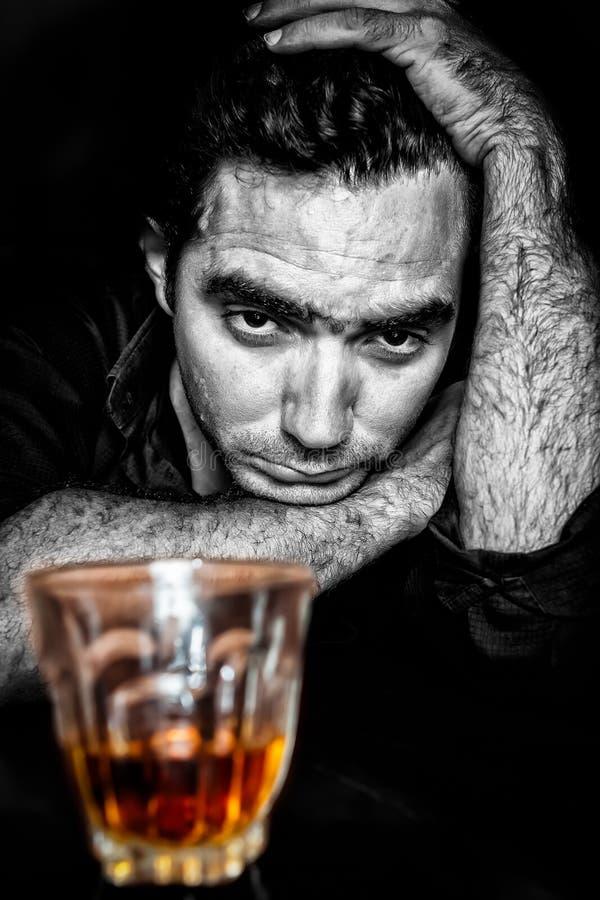 Czarny i biały grunge portret opiły i przygnębiony hispani zdjęcie stock