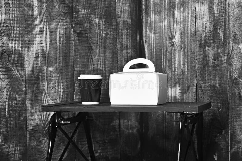 Czarny i biały herbata lub kawowa papierowa filiżanka dla napój dam torebki tacy na brown drewnianym textured tle, kopii przestrz obraz royalty free