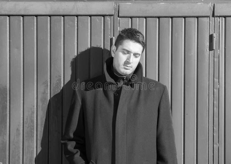 Czarny i biały imahe przygnębiony mężczyzna zdjęcie royalty free