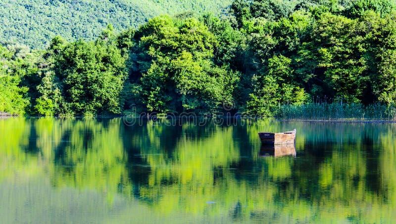 Czarny i biały jezioro obraz stock