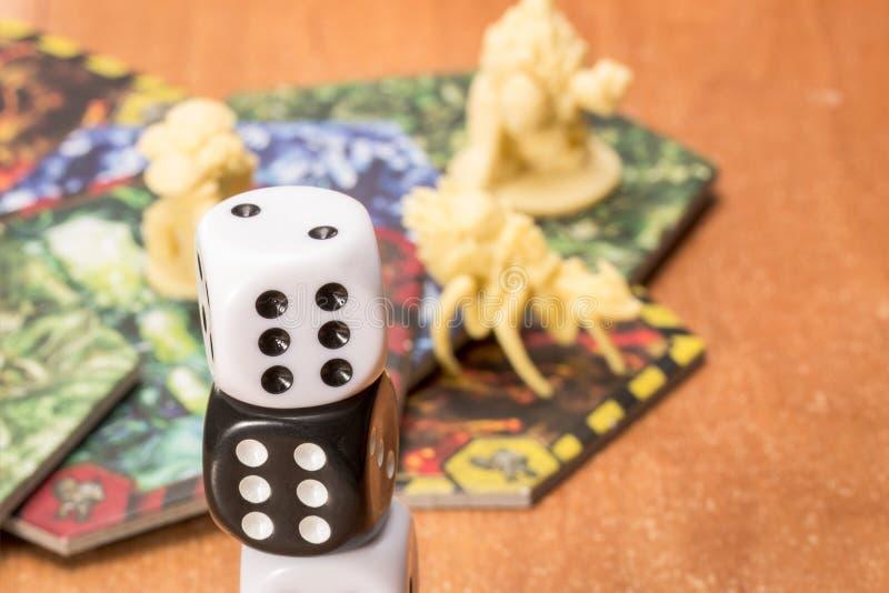 Czarny i biały kostka do gry zbliżenie obraz royalty free