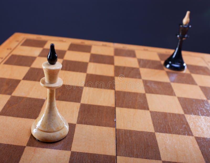 Czarny i biały królowe na szachowej desce fotografia stock