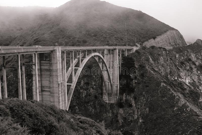 Czarny i biały markotny strzał Bixby most na big sur nabrzeżnej autostradzie obrazy stock