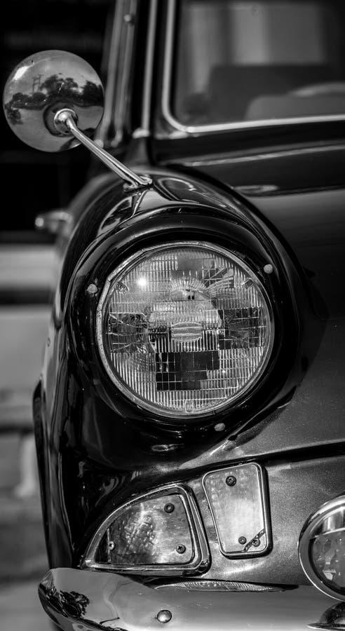 Czarny i biały obrazek frontowego widoku klasyczny samochód z reflektorem obraz royalty free