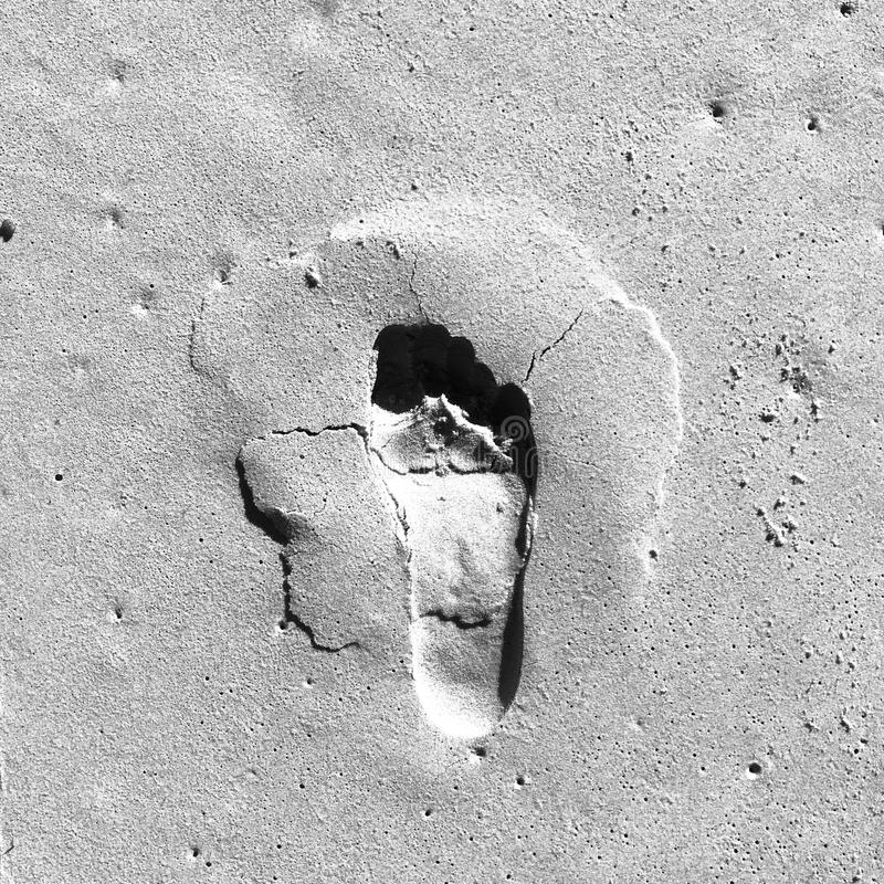 Czarny i biały odciski stopy w piasku obraz stock