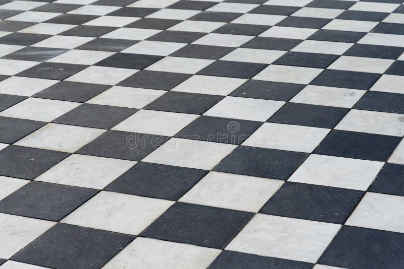 Czarny i biały płytki Szachowa podłoga zdjęcia royalty free