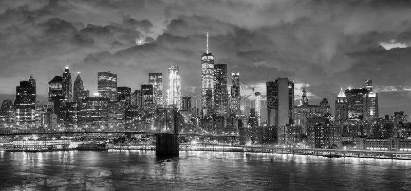 Czarny i biały panoramiczny obrazek Nowy Jork przy nocą fotografia royalty free
