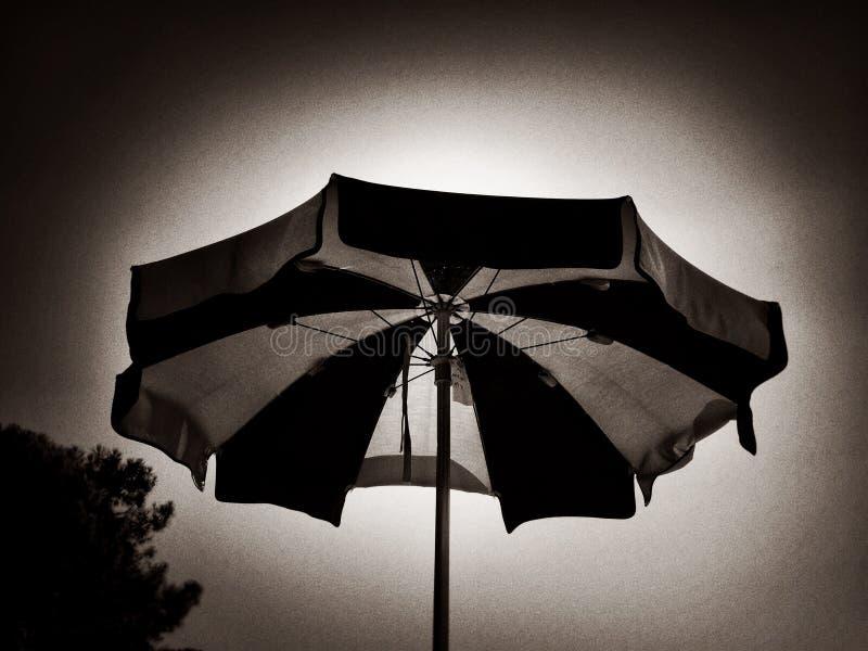 Download Czarny I Biały Pasiasty Plażowy Parasol Obraz Stock - Obraz złożonej z pasiasty, otwarty: 57650547