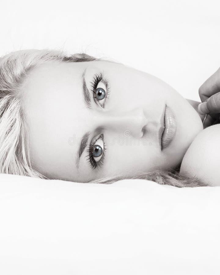 Czarny I Biały Piękna kobieta w łóżku obraz royalty free