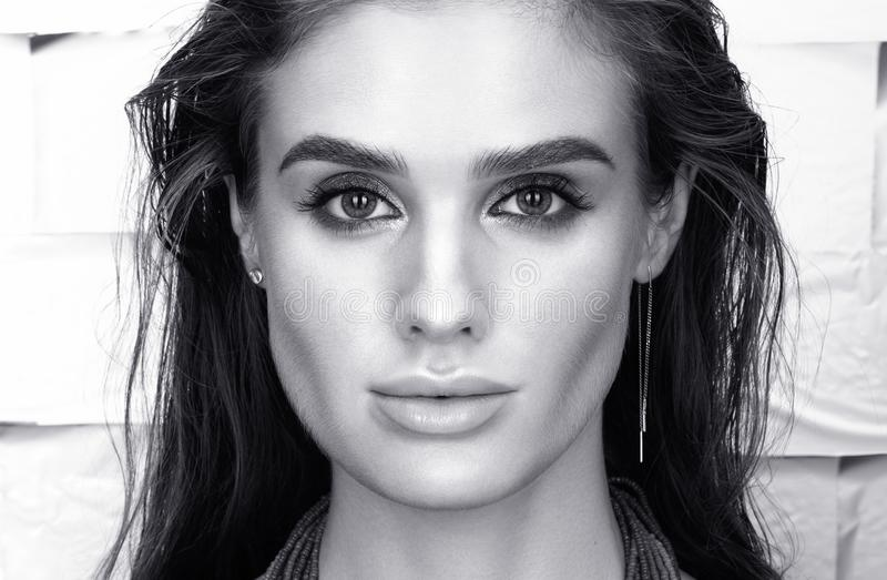 Czarny i biały piękna zbliżenia portret piękna młoda kobieta w czerni zdjęcia stock