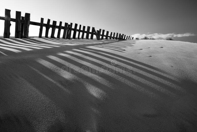 Czarny i biały piasek diuna z ogrodzeniami zdjęcia stock