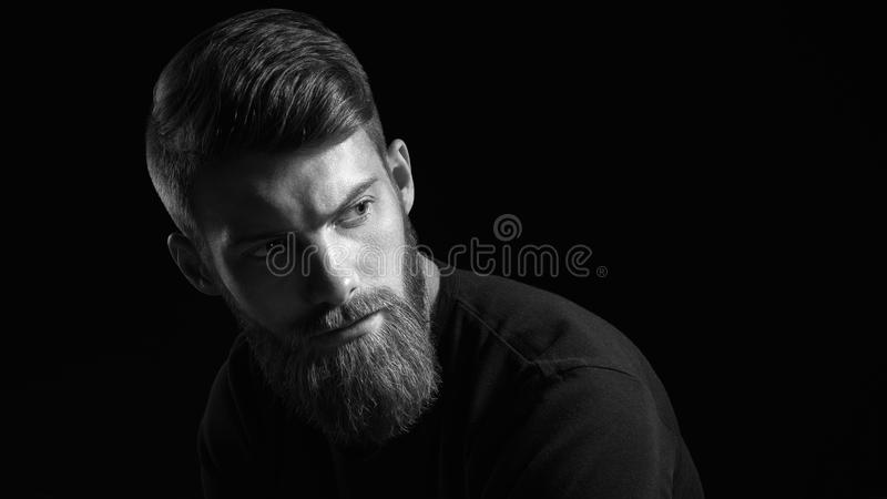 Czarny i biały portret brodaty przystojny mężczyzna w zadumanym nastroju zdjęcia royalty free