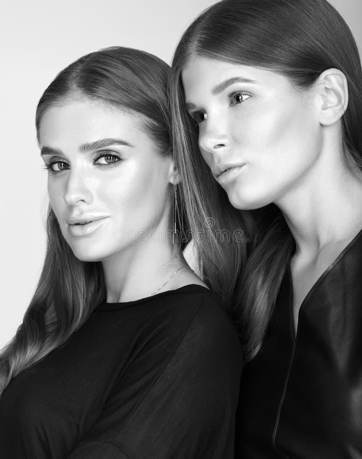 Czarny i biały portret dwa młodej pięknej kobiety w czerni jaskrawy makeup fotografia royalty free