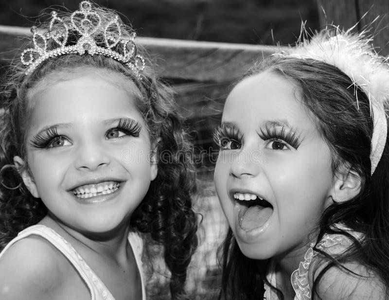 Czarny i biały portret dwa mała dziewczynka zdjęcie royalty free