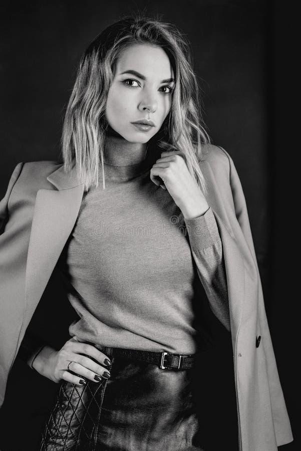Czarny i biały portret młoda atrakcyjna elegancka blondynki kobieta zdjęcie stock