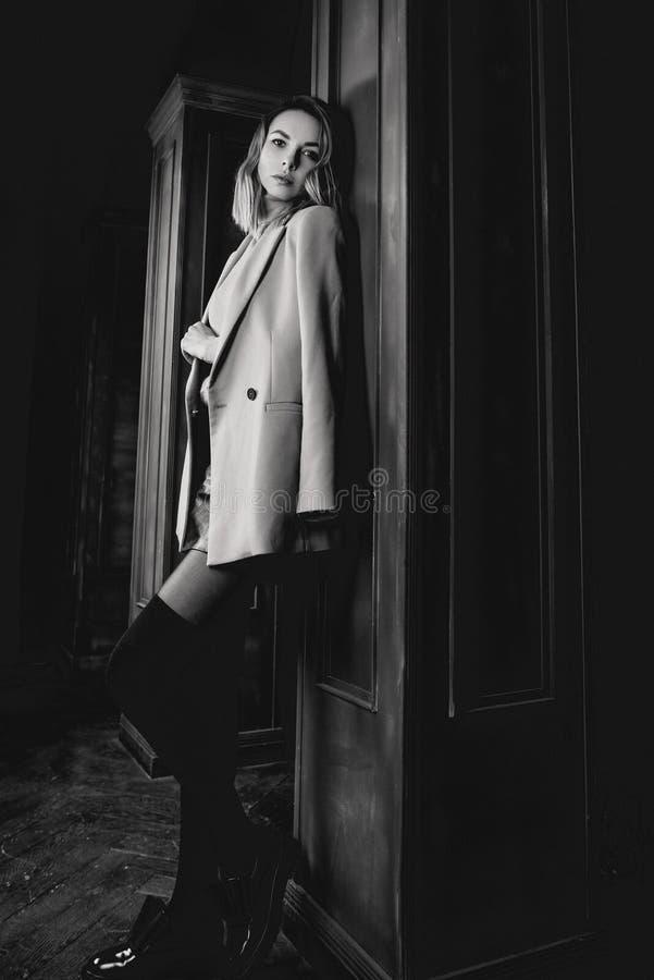 Czarny i biały portret młoda atrakcyjna elegancka blondynki kobieta obrazy stock