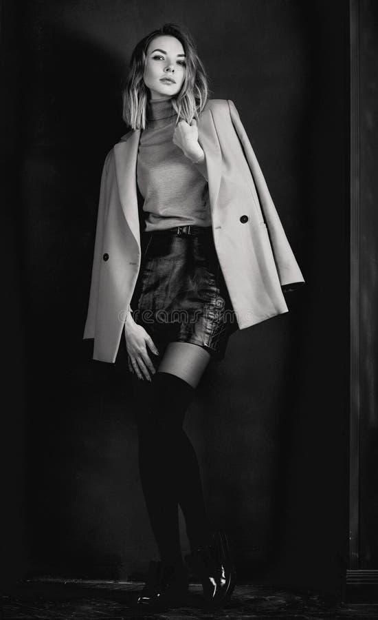 Czarny i biały portret młoda atrakcyjna elegancka blondynki kobieta obraz stock