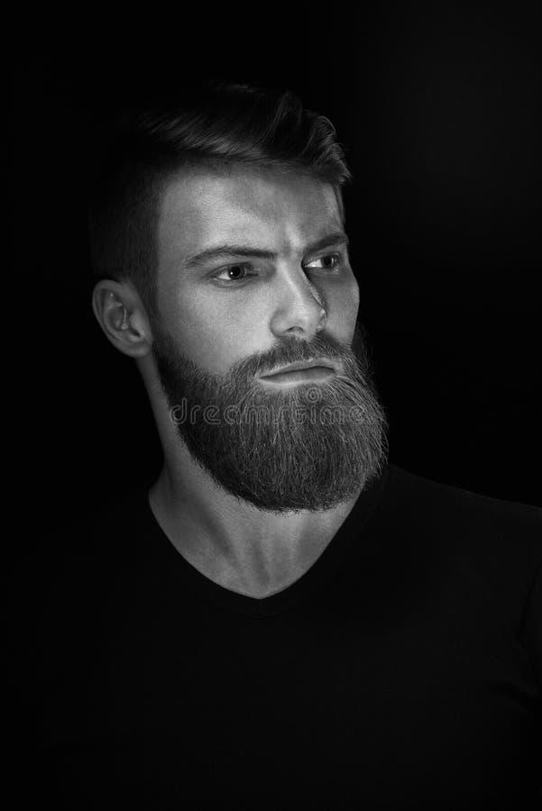 Czarny i biały portret młody przystojny brodaty mężczyzna zdjęcie royalty free