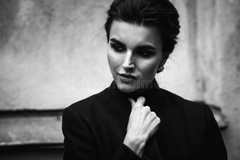 Czarny i biały portret piękna kobieta Plenerowa ulica ph obrazy stock