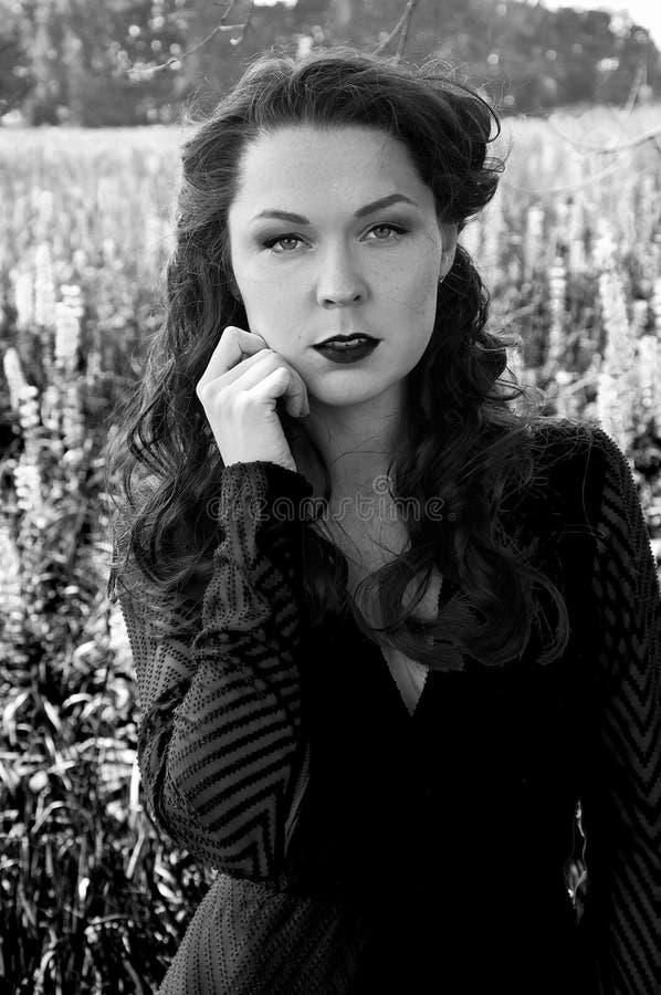 Czarny i biały portret retro projektująca kobieta obraz stock
