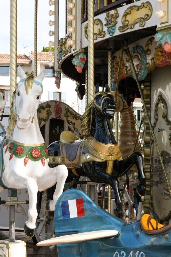 Czarny i biały postacie konie na klasycznym carousel obrazy royalty free
