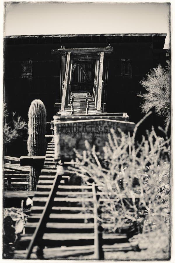 Czarny I Biały Sepiowa rocznik fotografia Goldfield kopalni złotej stary niebezpieczny wejście kopalnia złota dyszel z tramwajem zdjęcia stock