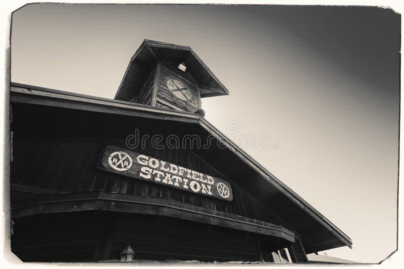 Czarny I Biały Sepiowa rocznik fotografia Stara Zachodnia Drewniana stacja kolejowa w Goldfield kopalni złotej miasto widmo obraz stock