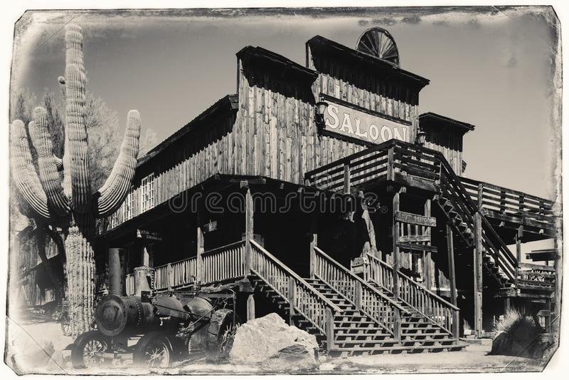 Czarny I Biały Sepiowa rocznik fotografia Stary Dziki Zachodni Drewniany bar w Goldfield kopalni złotej miasto widmo obrazy royalty free