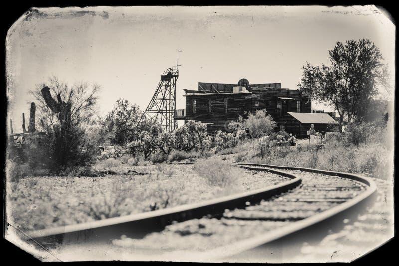 Czarny I Biały Sepiowa rocznik fotografia Stary pociąg tropi w Goldfield kopalni złotej miasto widmo w Youngsberg, Arizona obraz stock