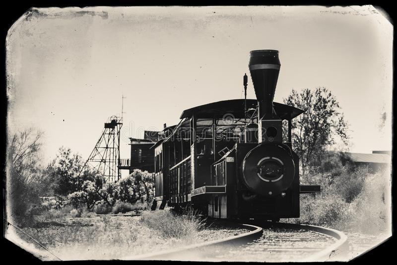 Czarny I Biały Sepiowa rocznik fotografia Stary pociąg w Goldfield kopalni złotej miasto widmo w Youngsberg, Arizona zdjęcia stock