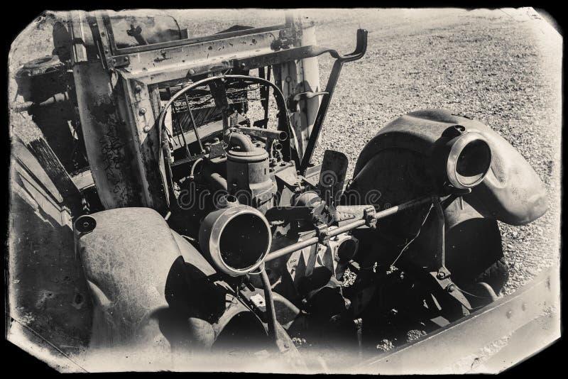 Czarny I Biały Sepiowa rocznik fotografia Stary Rdzewiejący samochód w junkyard fotografia royalty free