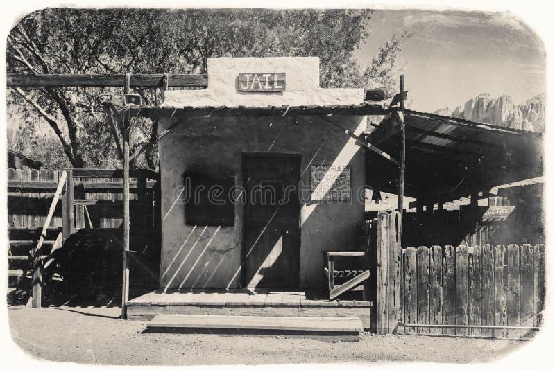 Czarny I Biały Sepiowa rocznik fotografia Stary Zachodni więzienie w Goldfield kopalni złotej miasto widmo w Youngsberg, Arizona fotografia stock